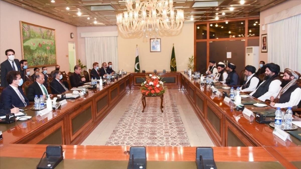 Phái đoàn của Taliban tại cuộc gặp Ngoại trưởng Pakistan Shah Mahmood Qureshi hôm 16/12 (Anadolu)