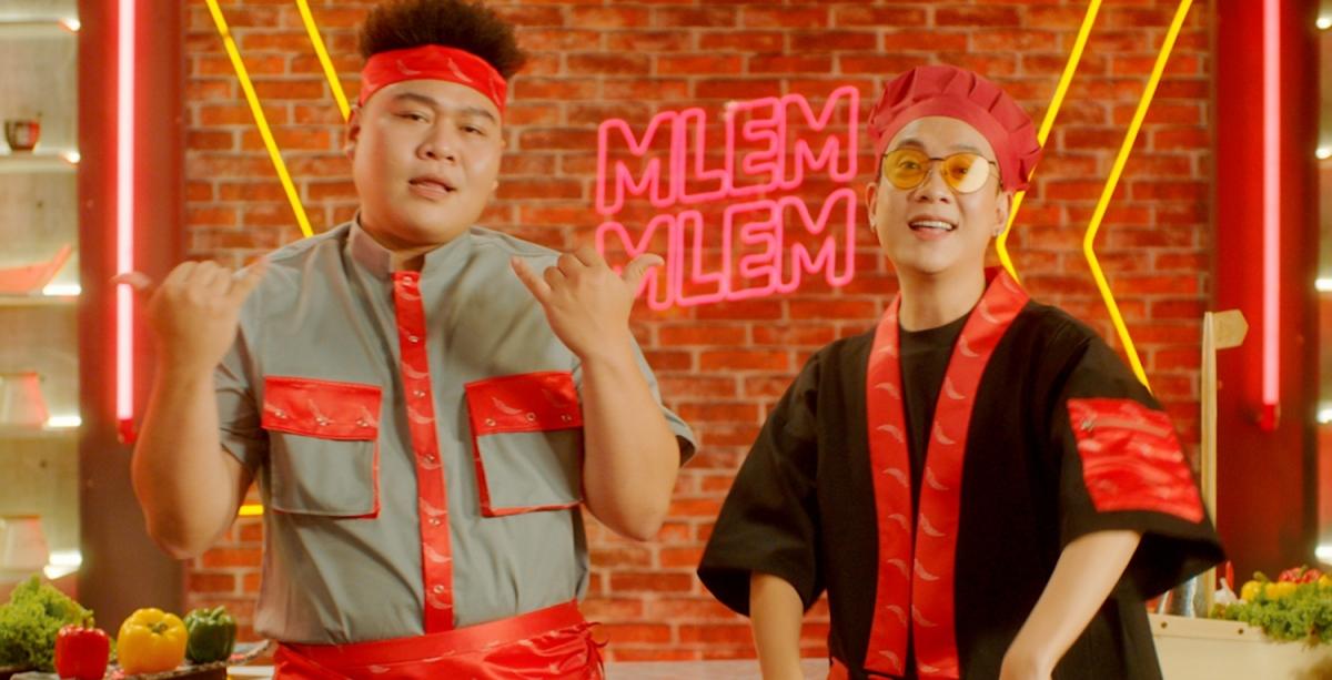 Đây cũng là sản phẩm âm nhạc đầu tiên của giám khảo Justatee và chàng thí sinh Yuno Bigboi bắt tay sau khi chương trình Rap Việt kết thúc.