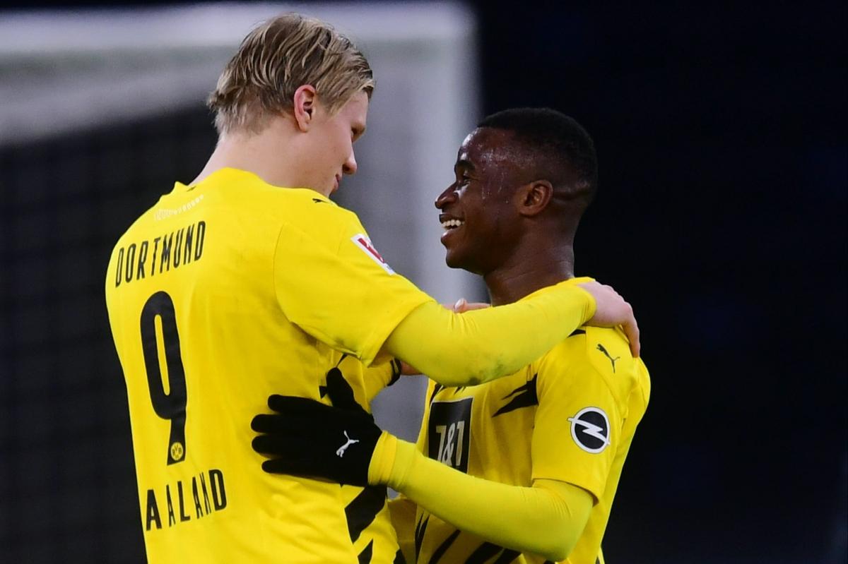 """Youssoufa Moukoko ký hợp đồng quảng cáo trị giá 12 triệu USD với Nike năm 2019 và được kỳ vọng sẽ trở thành """"Cậu bé vàng"""" giống như Erling Haaland."""
