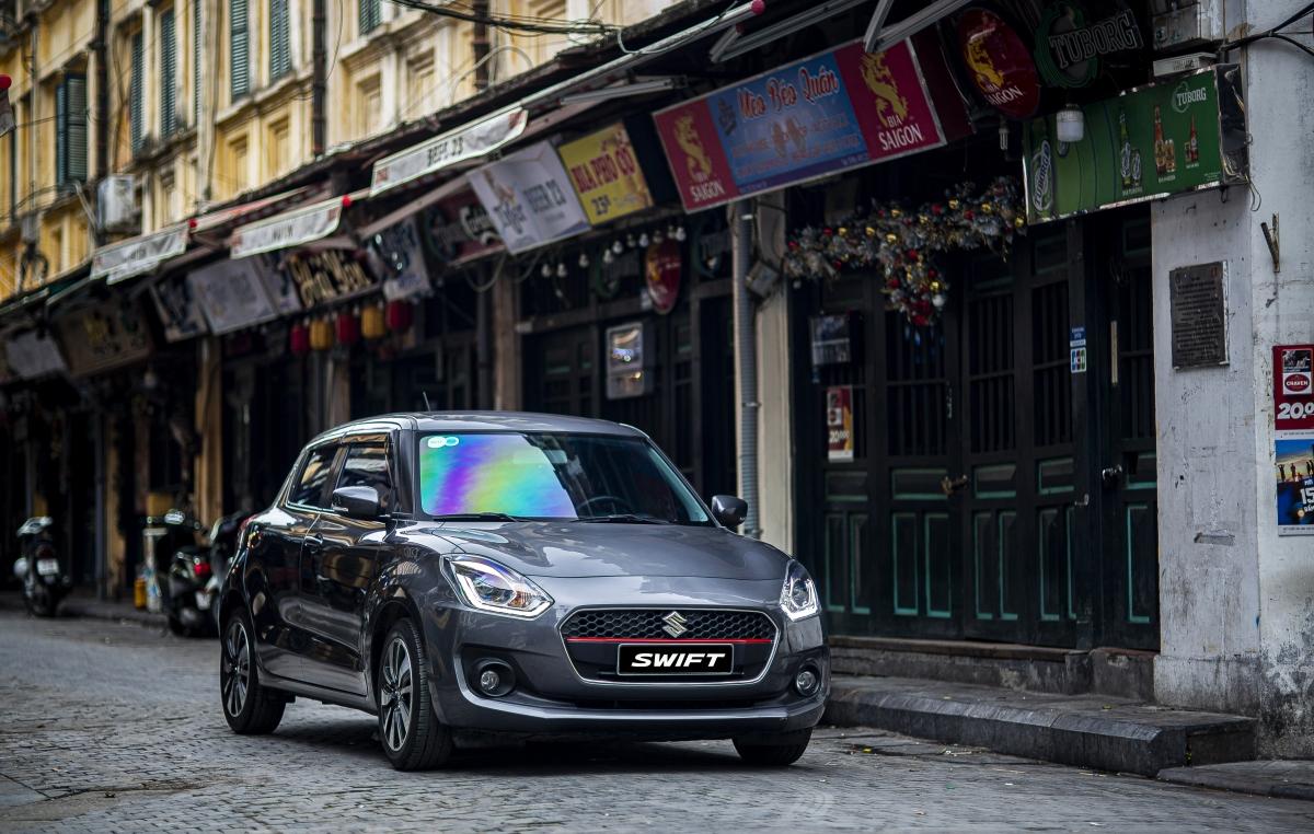 Suzuki Swift dễ dàng luồn lách trong nội thành chật hẹp nhờ thiết kế nhỏ gọn và bán kính quay đầu tối thiểu chỉ 4.8m