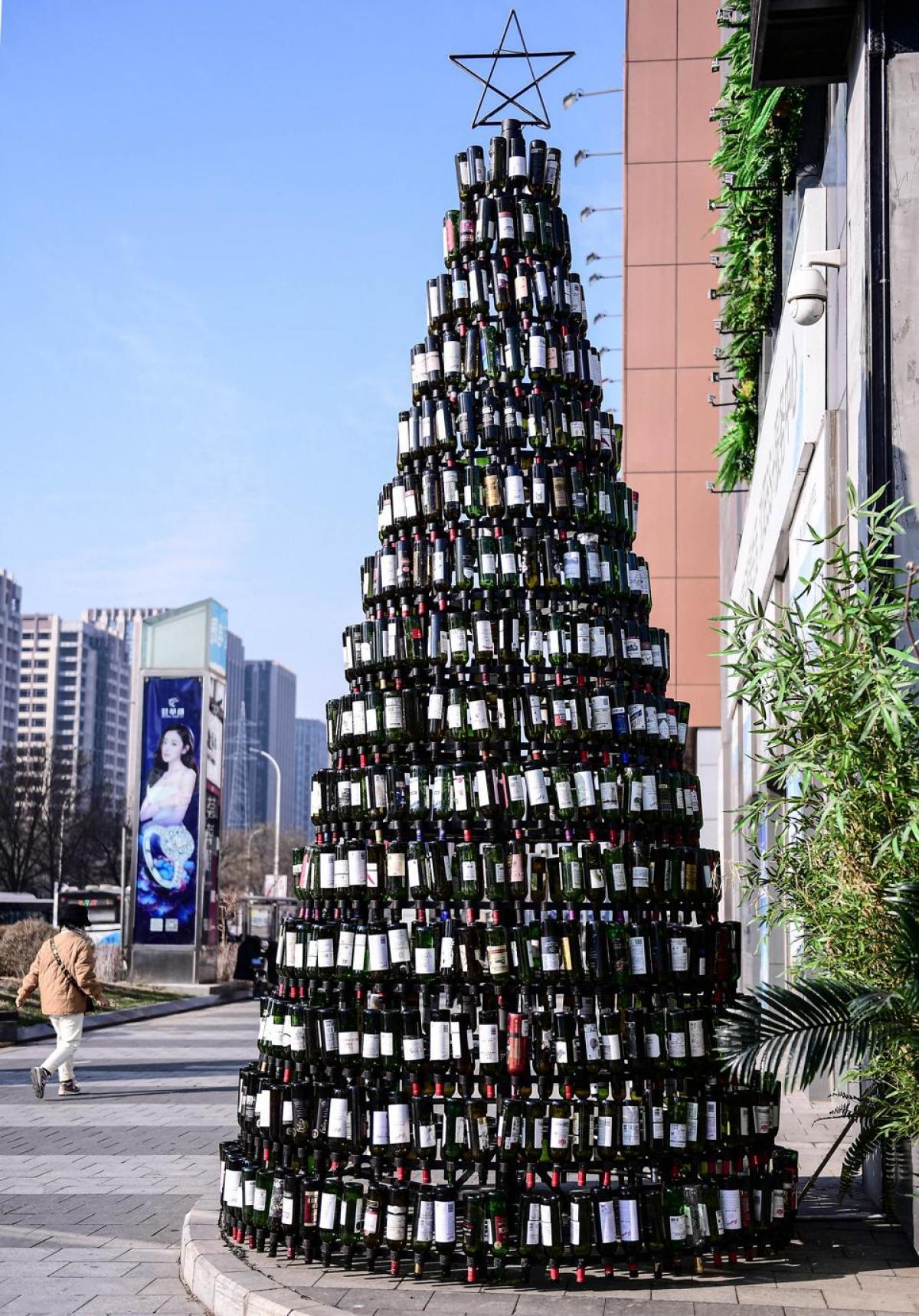 Cây thông được ghép từ2,021 chai rượu ở Shenyan, Trung Quốc.