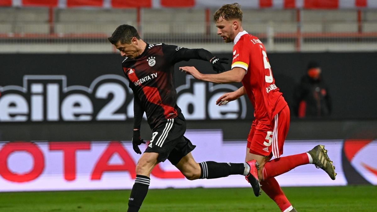 """Dù có trận đấu tồi tệ nhưng Dortmund cũng được """"an ủi"""" phần nào khi Bayern Munich chỉ có được trận hòa 1-1 trên sân Union Berlin. Khoảng cách giữa Dortmund và Bayern lúc này mới """"chỉ"""" là 5 điểm với lợi thế nghiêng về đội bóng xứ Bavaria./."""