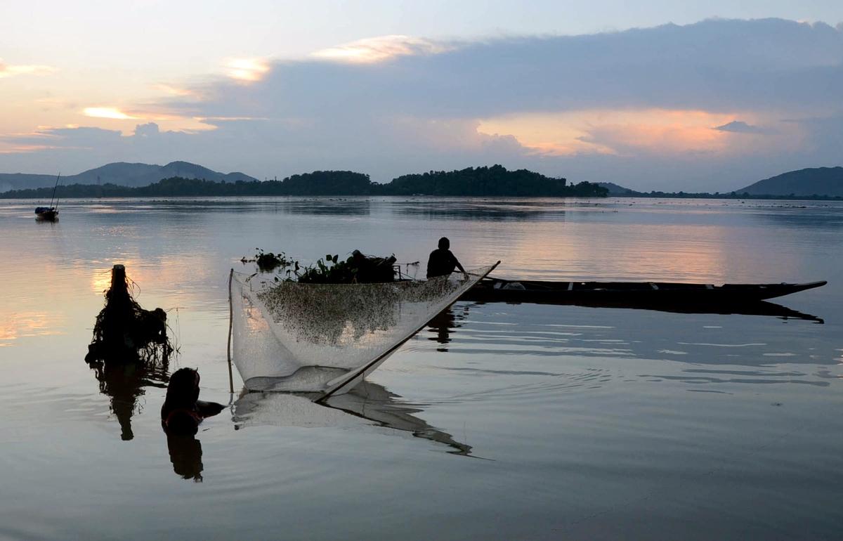 Ngư dân bang Assam (Ấn Độ) đánh cá tại sông Brahmaputra. Ành: ANI