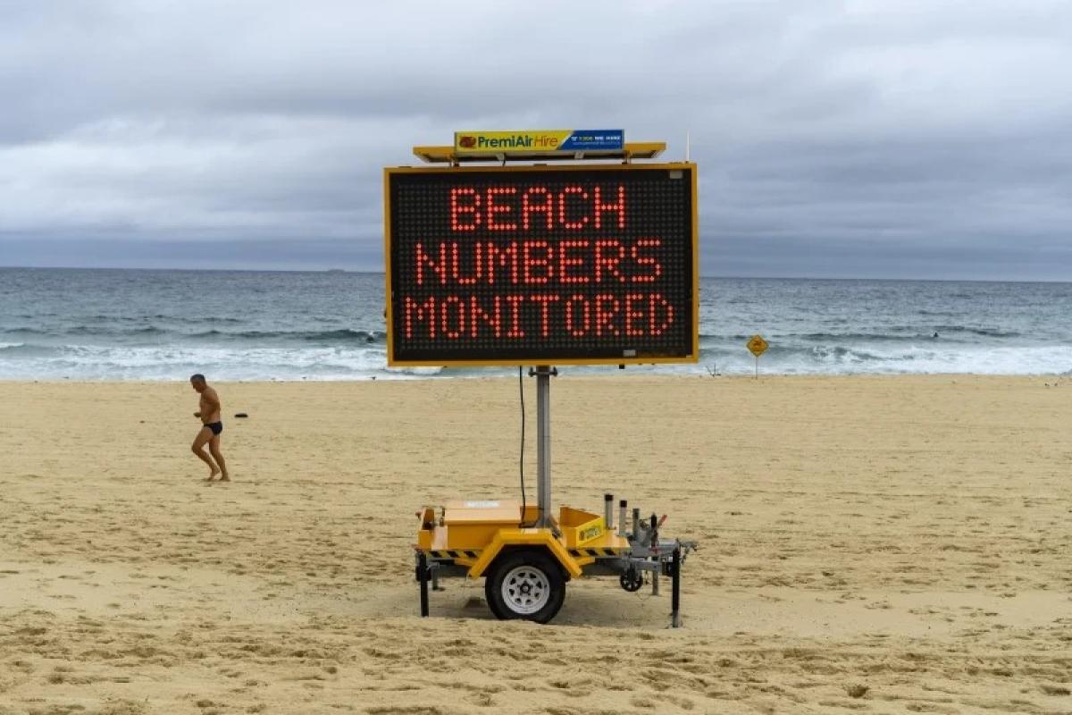 Bãi biển Bondi nổi tiếng ở thành phố Sydney vắng vẻ vào sáng 29/12 khi chính quyền gia tăng việc kiểm soát số lượng người tập trung ở nơi công cộng. Nguồn: RHETT WYMAN