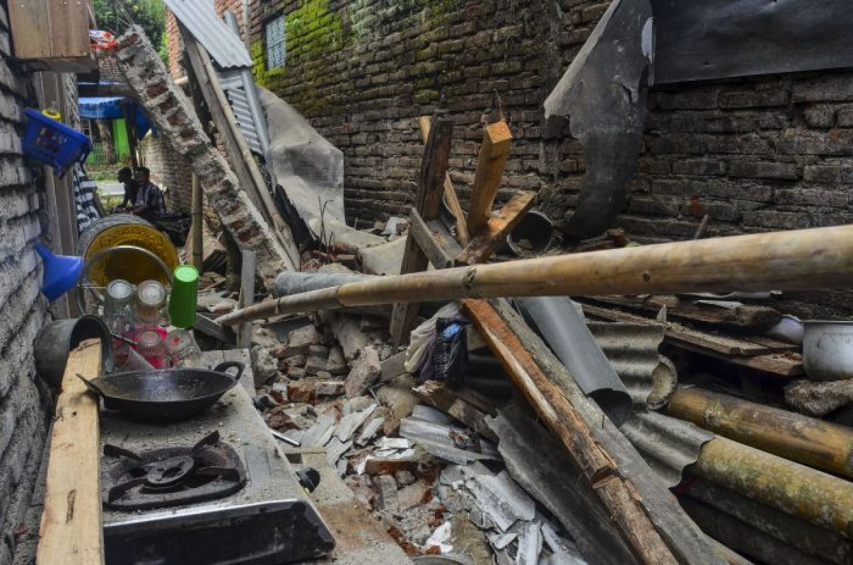 Một căn nhà bị hư hại sau trận động đất ở Tây Java tháng 10/2020. Ảnh: Media Indonesia