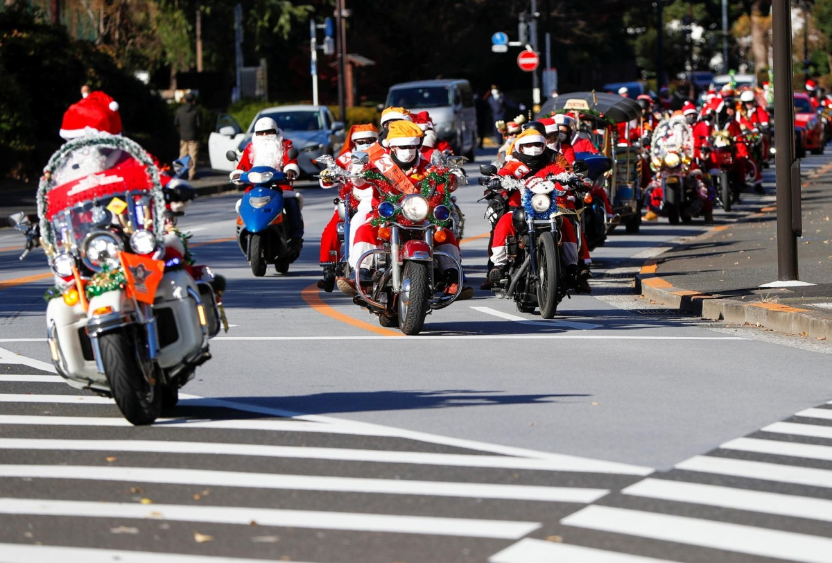 """Những thành viên của câu lạc bộ """"Ông già Noel Harley"""" đã đóng vai những ông già tuyết diễu hành tại thủ đô Tokyo. Ảnh: Reuters"""