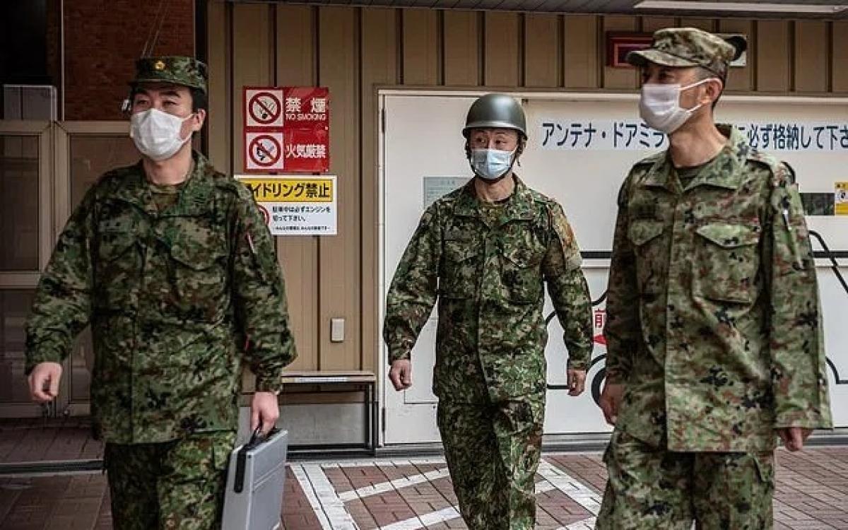 Quân nhân Nhật Bản đeo khẩu trang ngừa Covid-19. Ảnh: Getty.
