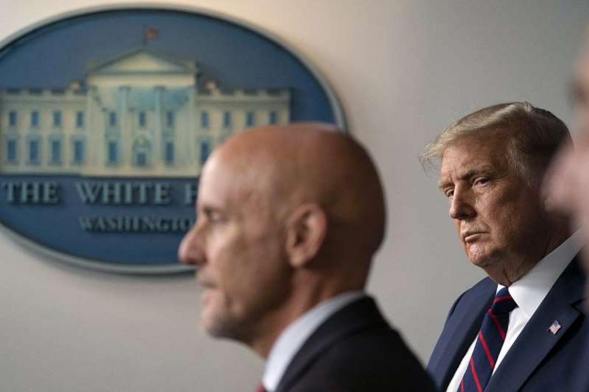 Tổng thống Mỹ Donald Trump lắng nghe Ủy viên FDA Stephen Hahn phát biểu trong một cuộc họp báo ở Nhà Trắng ngày 23/8/2020. Ảnh: AP