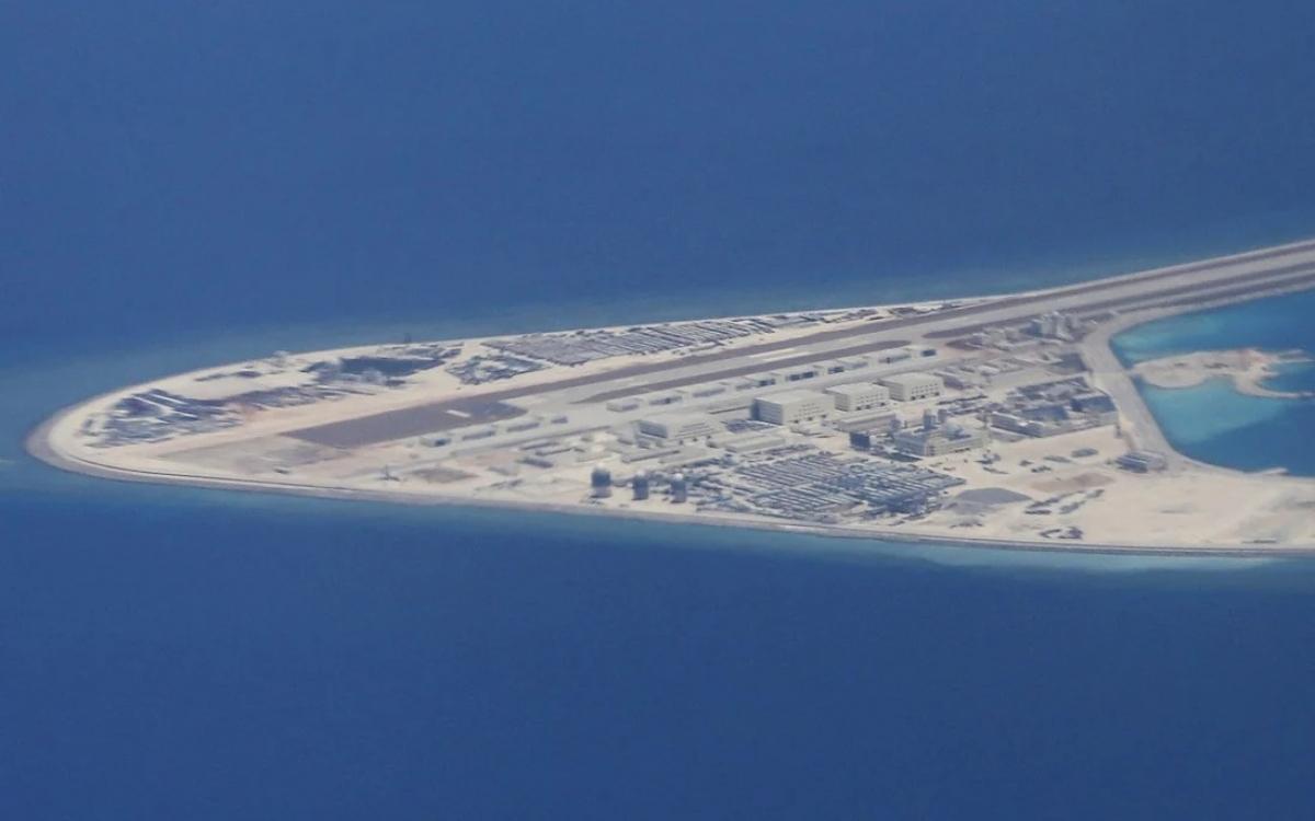 Đường băng và cơ sở quân sự trên đảo nhân tạo do Trung Quốc xây dựng trái phép ở Biển Đông. Ảnh: AP.