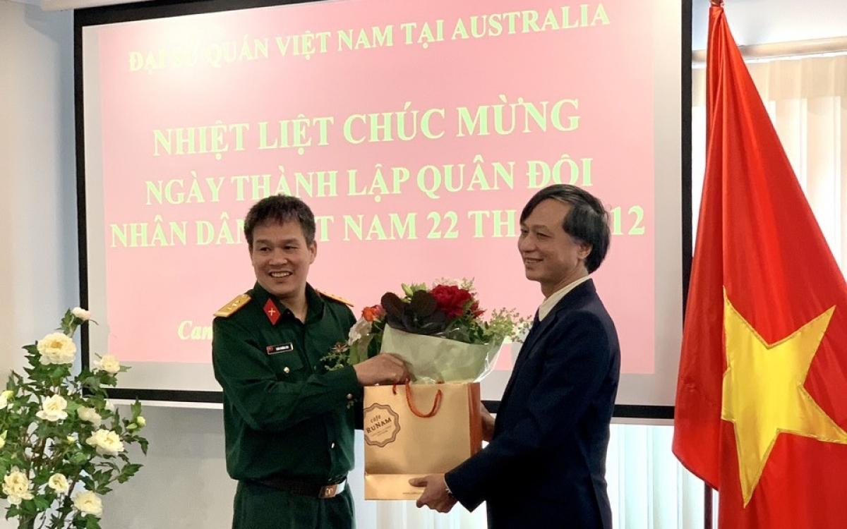 Đại sứ Nguyễn Tất Thành (phải) tặng hòa Đại tá Trần Trường Sơn, Tùy viên Quốc phòng. Ảnh: Đại sứ quán Việt Nam tại Australia.