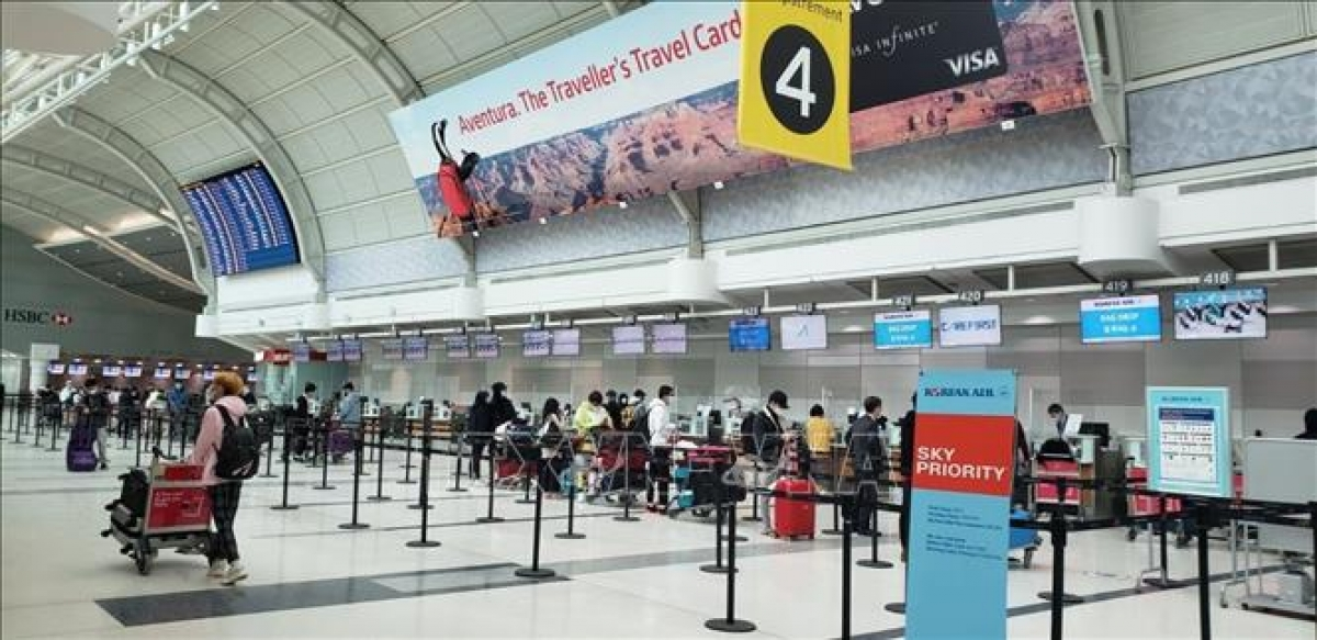 Công dân Việt Nam làm thủ tục lên máy bay về nước. Ảnh: TTXVN