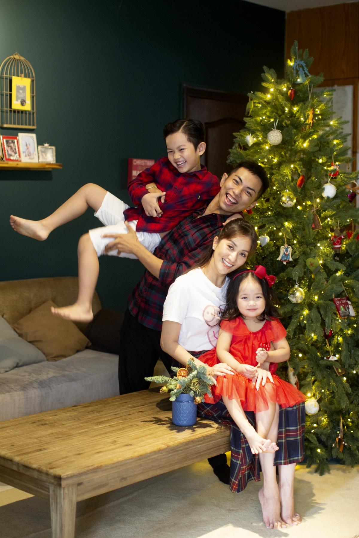 Phan Hiển còn khoe, dịp Giáng sinh, Kubi và Anna sẽ biểu diễn văn nghệ tại trường. Đây là lần đầu tiên hai anh em diễn chung trên sân khấu. Cả hai cùng học ở một trường mẫu giáo quốc tế, chỉ khác lớp. Vợ chồng Phan Hiển sẽ có mặt ở dưới hàng ghế khán giả để cổ vũ cho cả hai con.