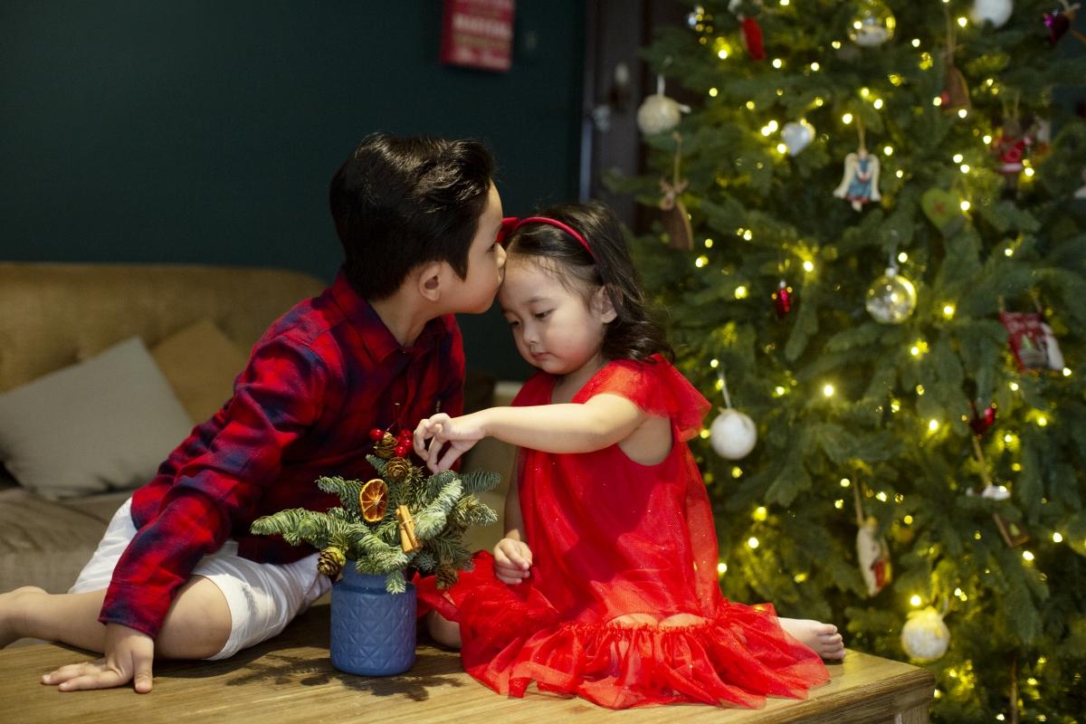 Năm ngoái Anna còn quá nhỏ để hiểu sự tích về ngày ra đời của chúa Jesus. Khi cô bé biết nhận thức hơn, vợ chồng Khánh Thi thông qua những câu chuyện đơn giản để giải thích cho con gái về ngày lễ và những truyền thống, tập tục của người phương Tây trong ngày này, đặc biệt là truyền thuyết về ông già Noel.