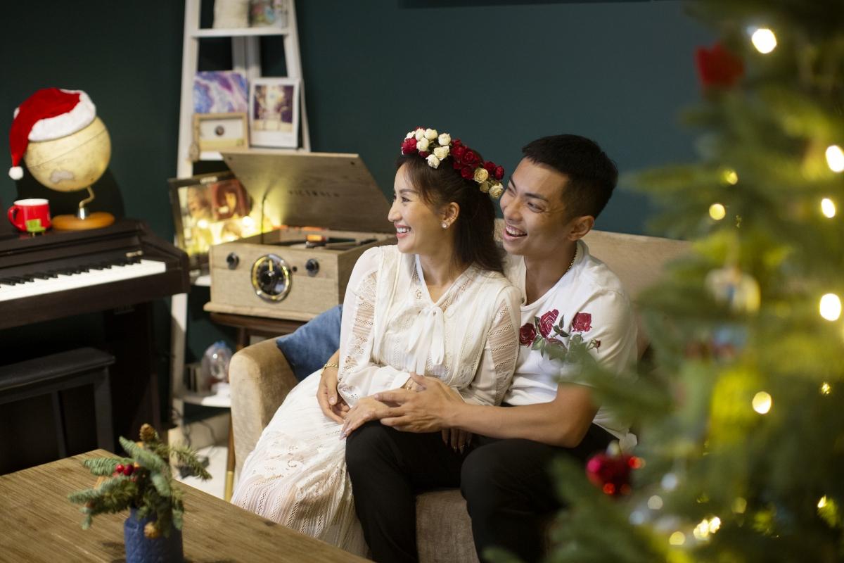 Tiết lộ về kế hoạch đón Noel năm nay, Khánh Thi nói, vợ chồng cô vẫn giữ truyền thống không nhận show trong ngày này để dành trọn thời gian cho gia đình.