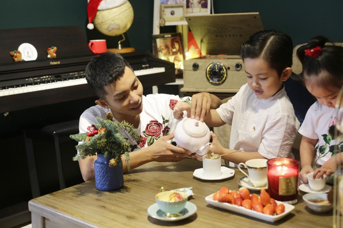 Dẫu vậy mỗi khi trở về nhà, cả hai luôn cố gắng cùng nhau chăm sóc và dạy dỗ hai thiên thần nhỏ.