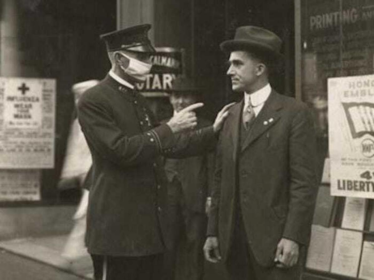 Một cảnh sát ở San Francisco, Mỹ đang khiển trách một người đàn ông không đeo khẩu trang trong đại dịch cúm năm 1918.
