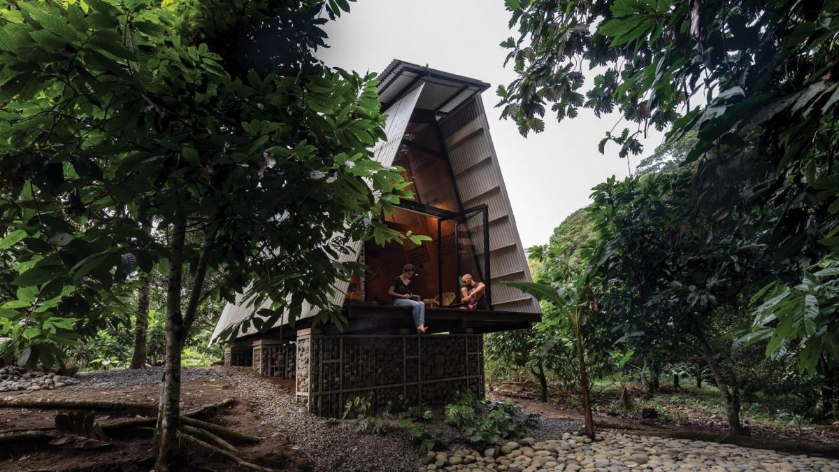 Với cấu trúc khá đơn giản , ngôi nhà được kết cấu bằng ván ép đúc sẵn, lợp mái tôn và kích chân đế cao lên 2m bằng đá xếp lại thành rọ.