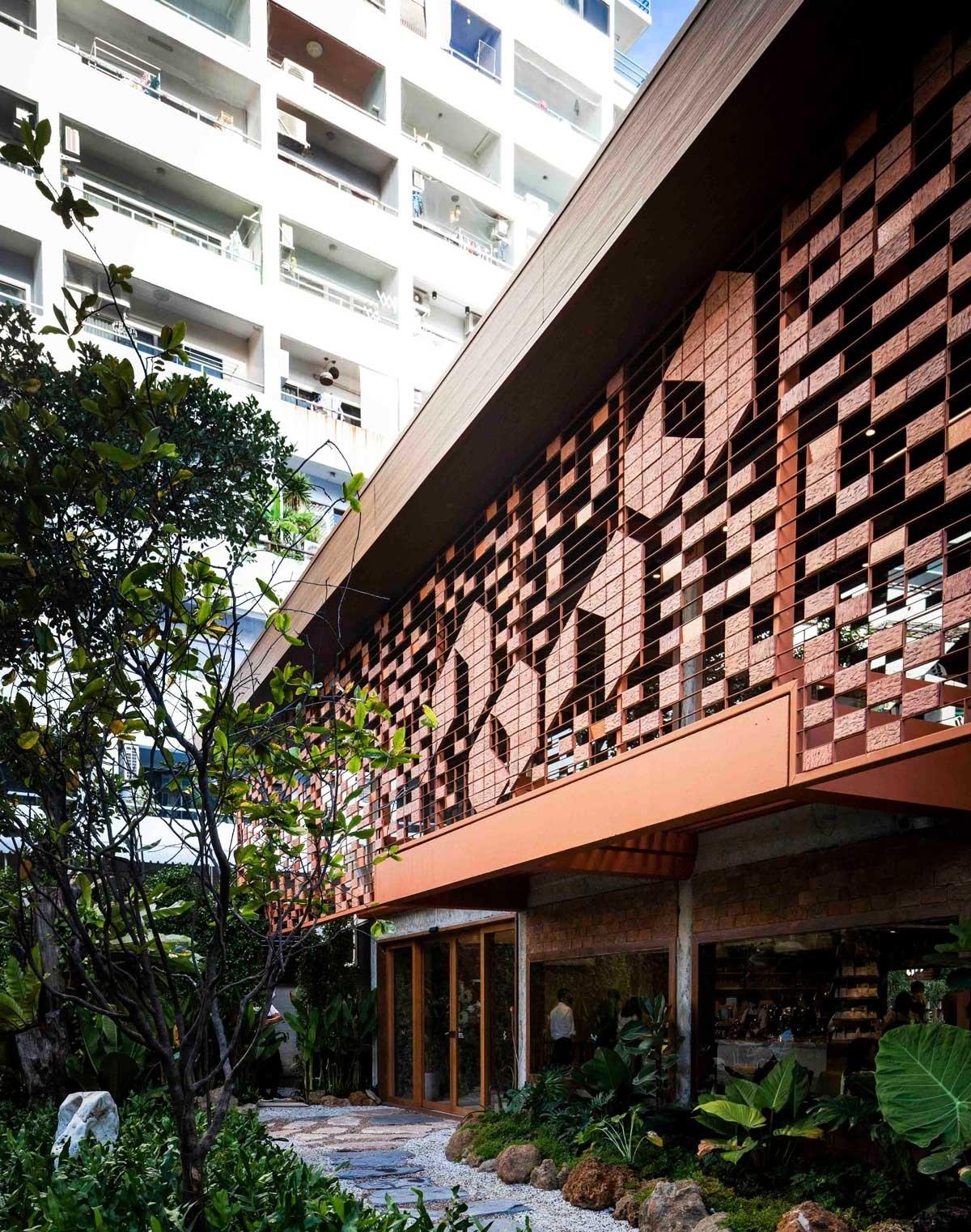 Không gian quán cafe mang đến bầu không khí ấm áp, dễ chịu nhờ vào sự thiết kế, sáng tạo tài hoa của người nghệ sĩ.