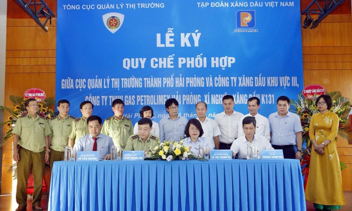 Ông Vũ Văn Khanh (ảnh ngồi, bìa trái)- Giám đốc Công ty TNHH gas Petrolimex Hải Phòng tại lễ ký kết quy chế phối hợp với cục quản lý thị trường Hải Phòng