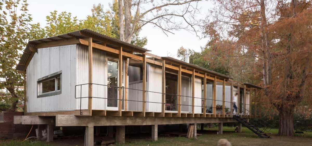 Căn nhà được nâng lên 1m so với mặt đất để tránh trường hợp nước sông dâng lên và bị ngập. Từ những vật liệu đơn giản kết hợp với sự sáng tạo của mình, nhà thiết kế cho ra đời một công trình kiến trúc đặc biệt.