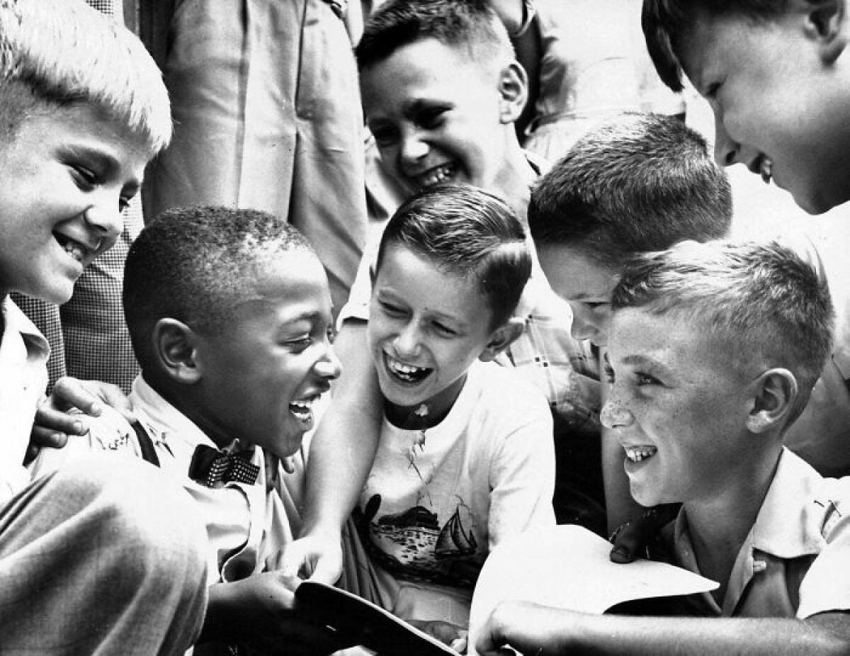 Charles Thompson được những người bạn cùng lớp chào đón tại một ngôi trường công ngày 27/9/1954, chưa đầy 4 tháng sau khi Tòa án Tối cao Mỹ tuyên bố sự phân biệt chủng tộc là vi hiến. Charles là cậu bé người Mỹ gốc Phi duy nhất trong ngôi trường này.