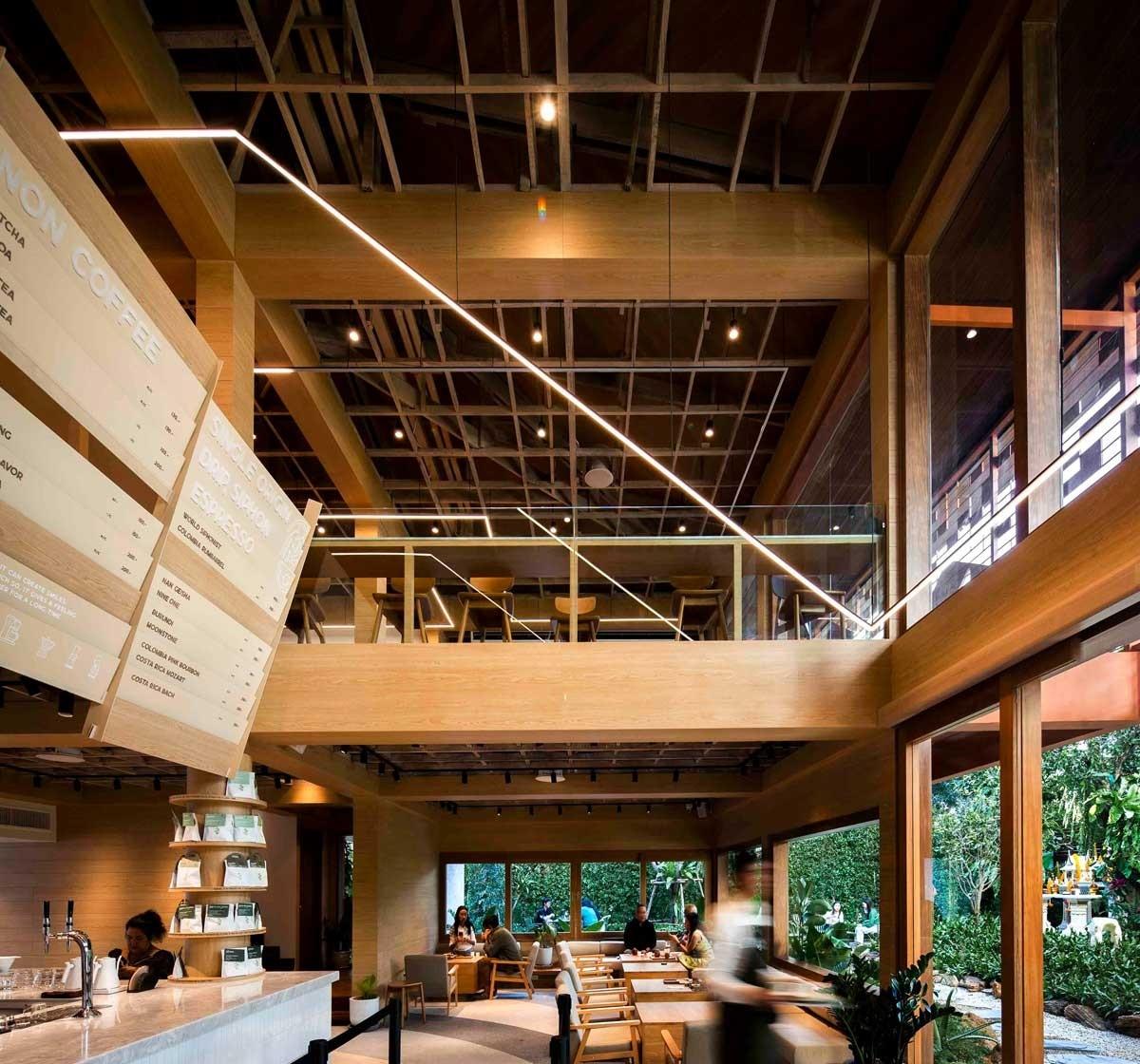 Không gian 2 tầng bên trong được kết cấu bằng khung gỗ.