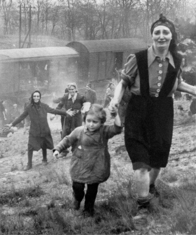 Những tù nhân Do Thái được trả tự do sau khi thoát khỏi chuyến tàu tử thần năm 1945.