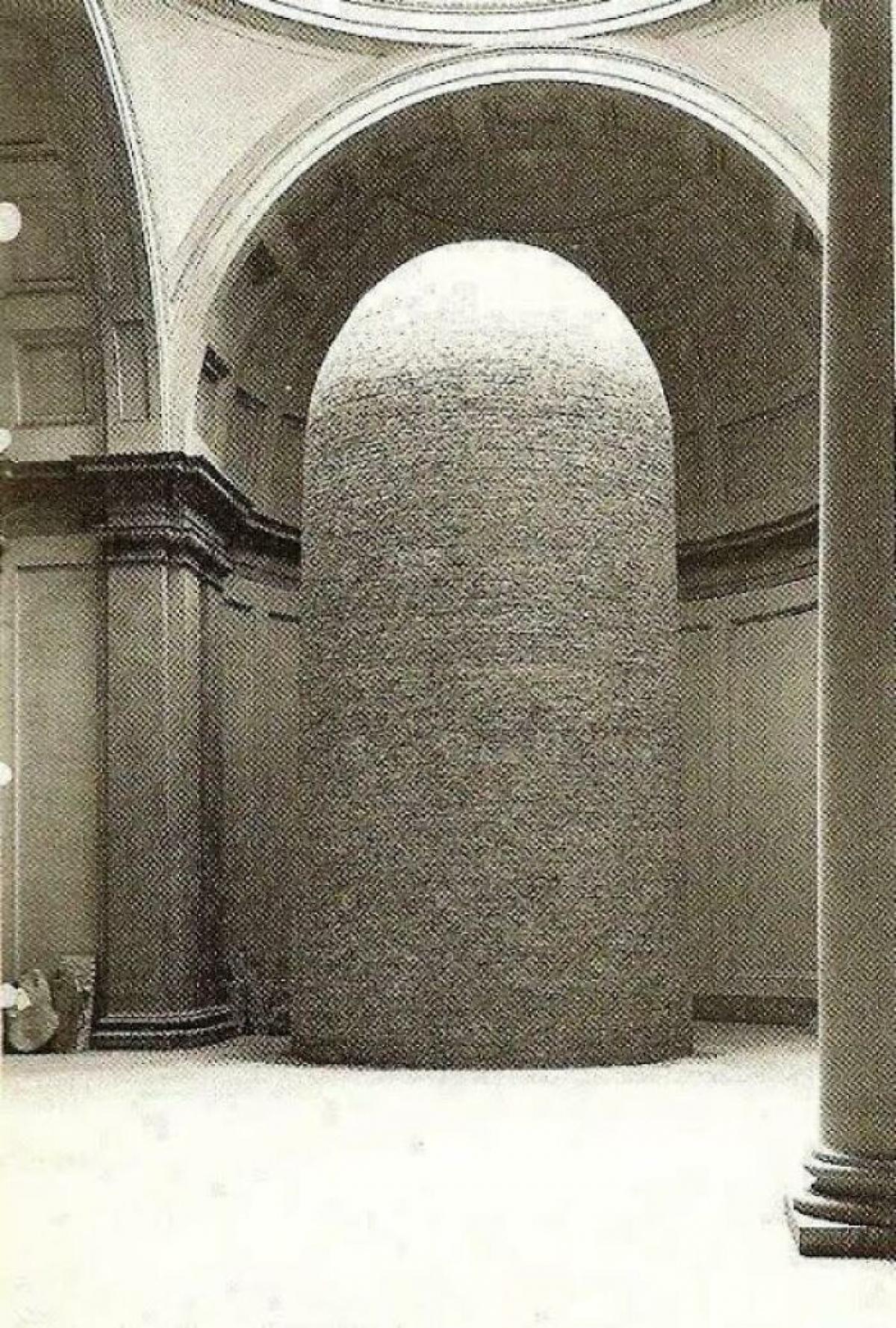 Bức tượng David của Michelangelo được bảo vệ bằng một lớp gạch để không bị bom đạn phá hủy trong Thế chiến II.