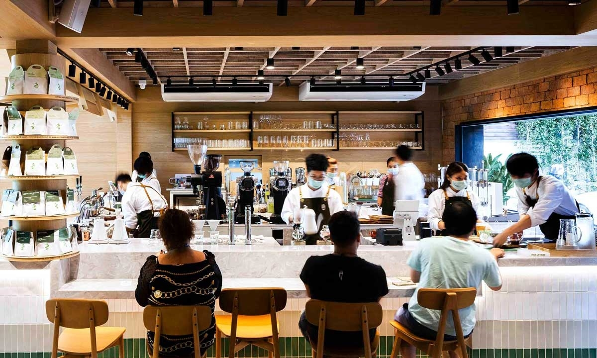 Hệ thống pha chế hiện đại với đa dạng các loại đồ uống, có chỗ ngồi thoáng đãng, mát mẻ là lý do mà được rất nhiều khách hàng lựa chọn điểm đến nơi đây.