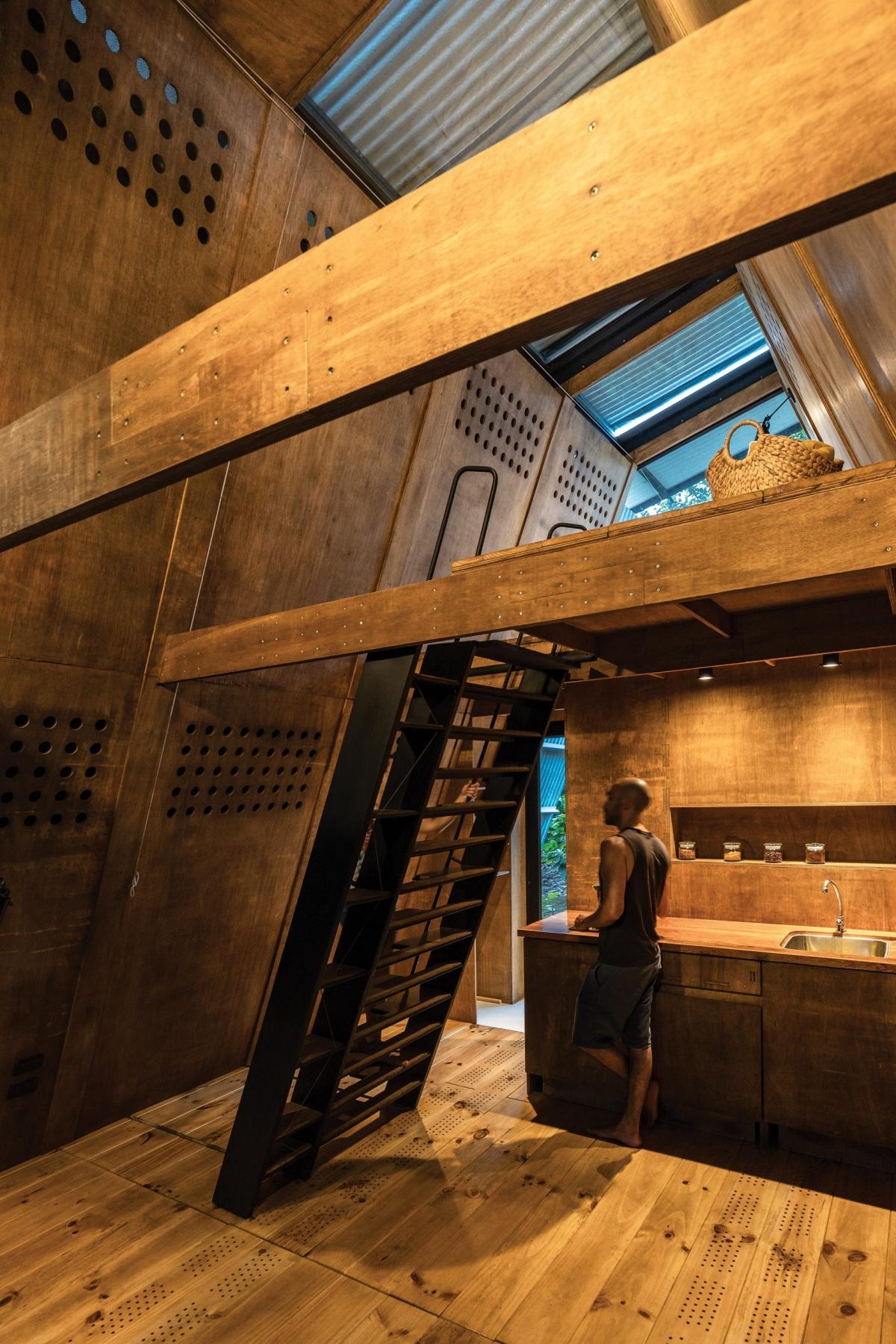 Không gian ấm áp bằng gỗ bên trong.