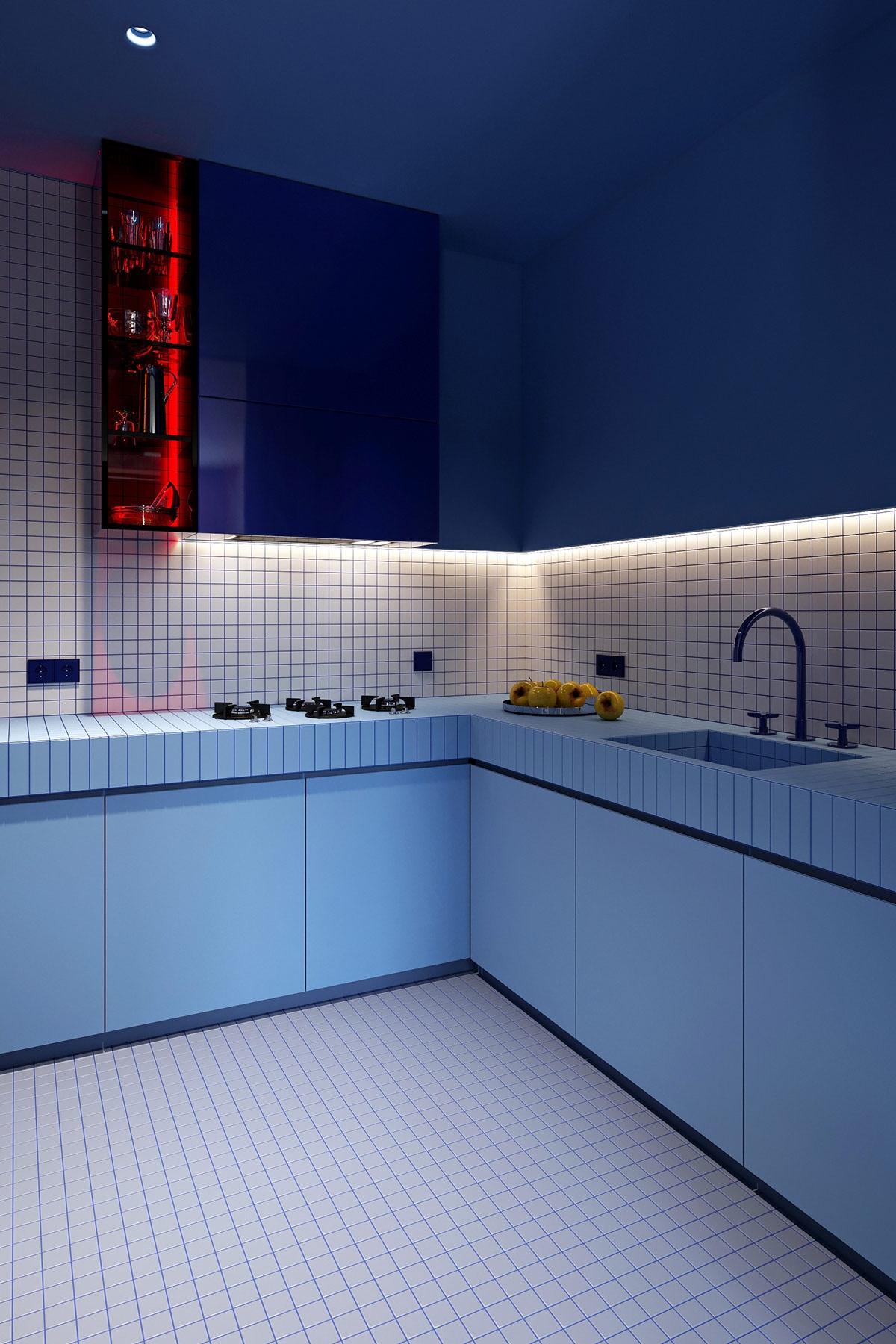 Màu xanh tiếp tục sử dụng độc đáo và đầy cá tính trong khu bếp.