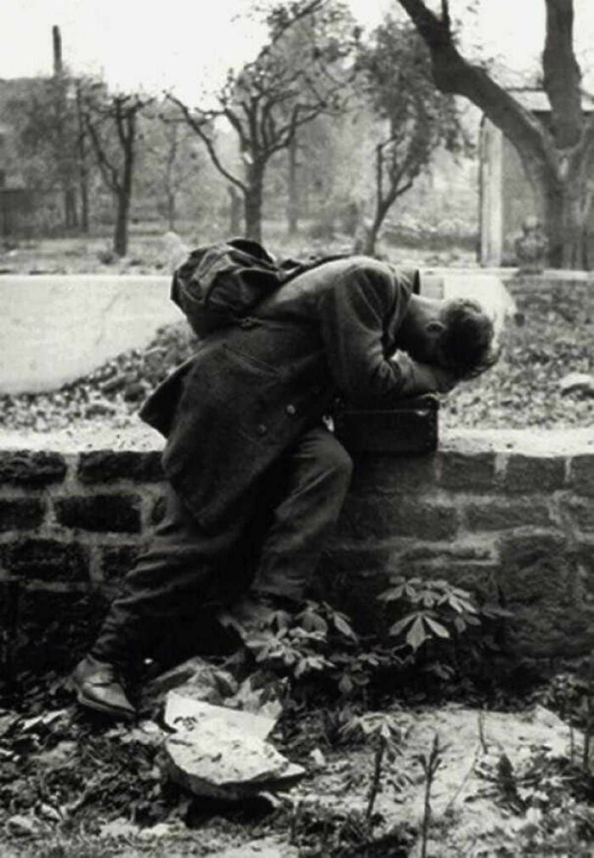 Một người lính Đức quay trở về nhà để tìm gia đình nhưng không còn ai ở đó năm 1946.
