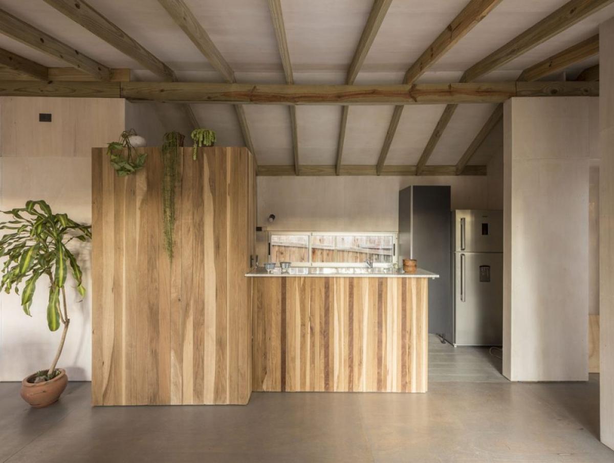 Ánh sáng là yếu tố chủ đạo đi kèm khá nhiều nội thất gỗ mang lại không gian ấm áp, lôi cuốn.