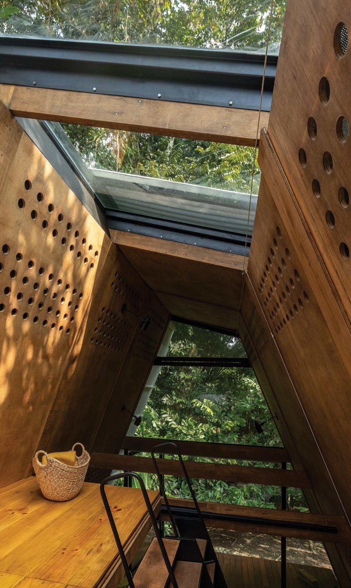 Ngoài ánh sáng từ kính phía trên, thì các lỗ hổng trên gỗ tạo lỗ thông gió. Đây là một góc thư giãn, đọc sách rất tuyệt vời.