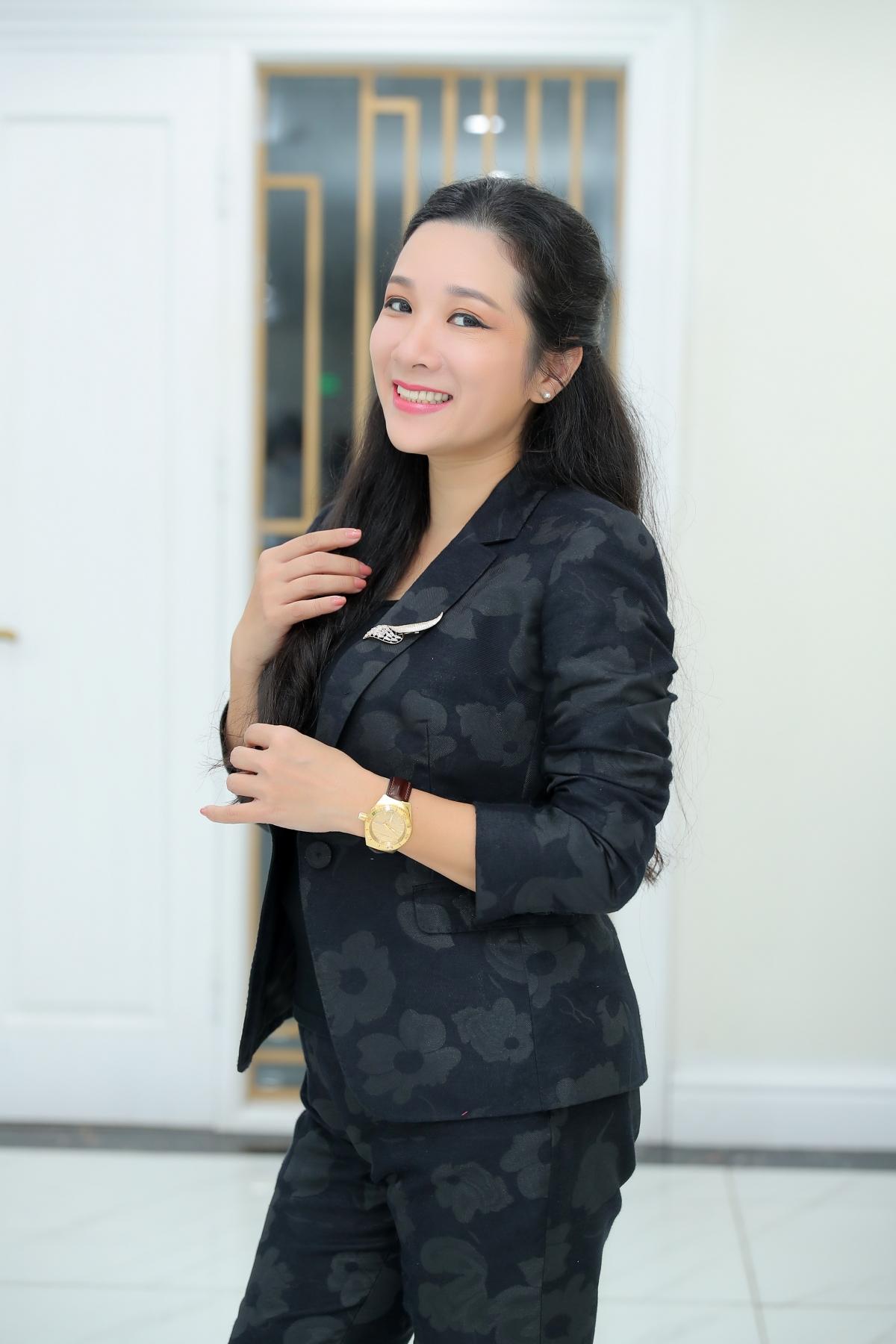 """Thanh Thanh Hiền xuất hiện rạng ngời, tươi tắn trong buổi họp báo chương trình """"Tết Vạn lộc""""."""