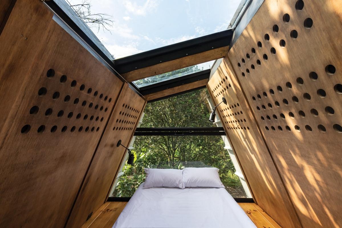 Phòng ngủ nhỏ trên mái nhưng vô cùng tinh tế, lôi cuốn.