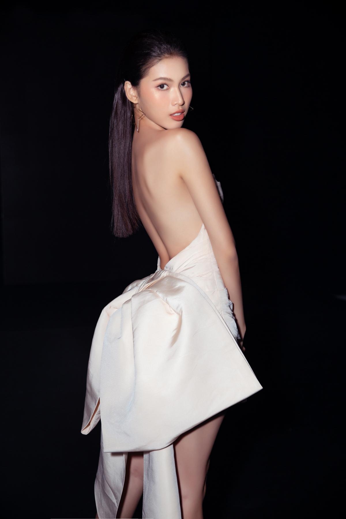 Kế đến là Á hậu Ngọc Thảo với vẻ đẹp tràn đầy năng lượng trong chiếc váy cúp ngực khoe trọn đường cong cuốn hút.