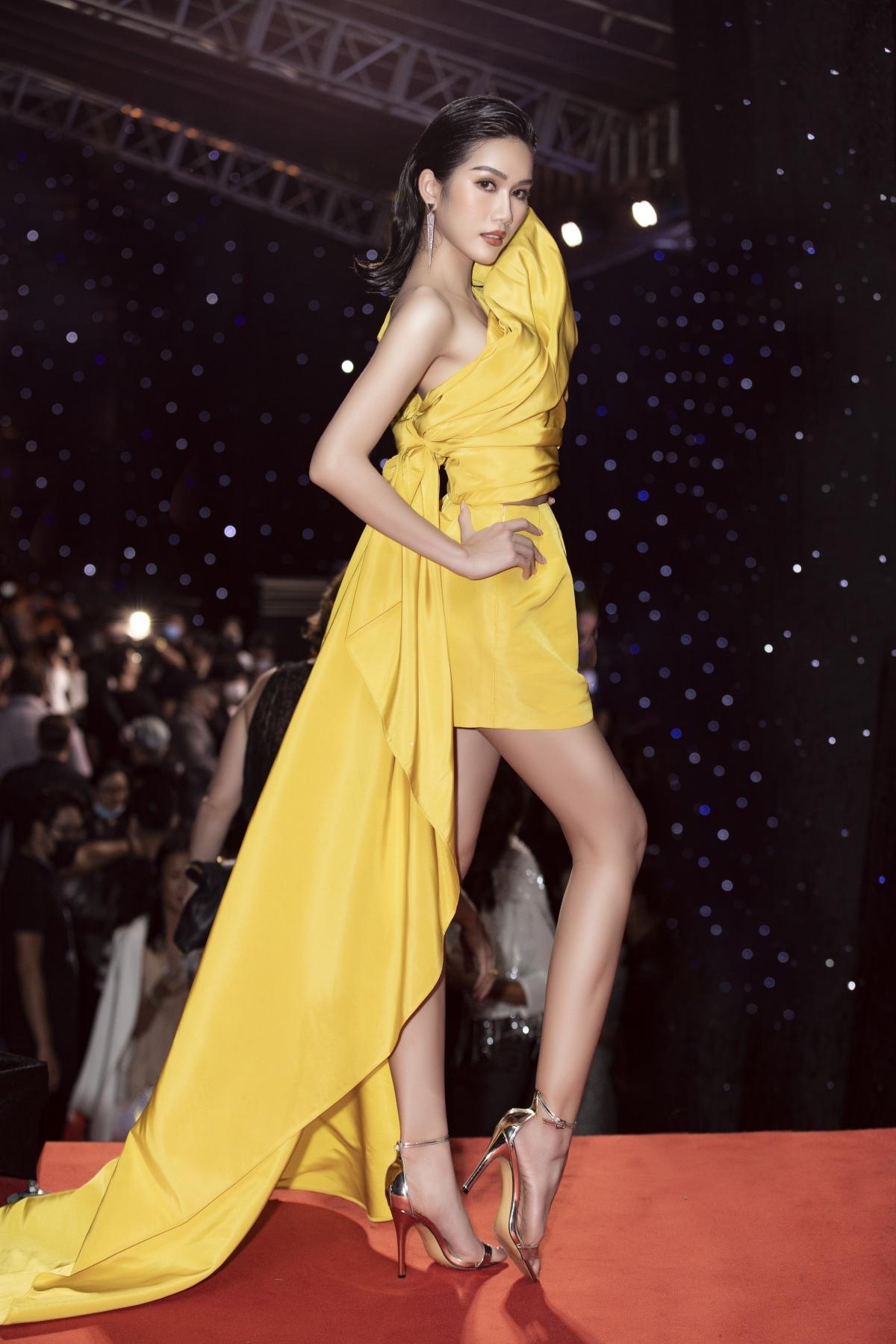 """Sau đăng quang 2 tuần, đây là lần đầu tiên Á hậu Phương Anh xuất hiện tại một sự kiện thời trang. Cô nàng được đông đảo khán giả khen ngợi bởi thành tích học tập """"khủng"""" và trình độ ngoại ngữ đáng ngưỡng mộ."""