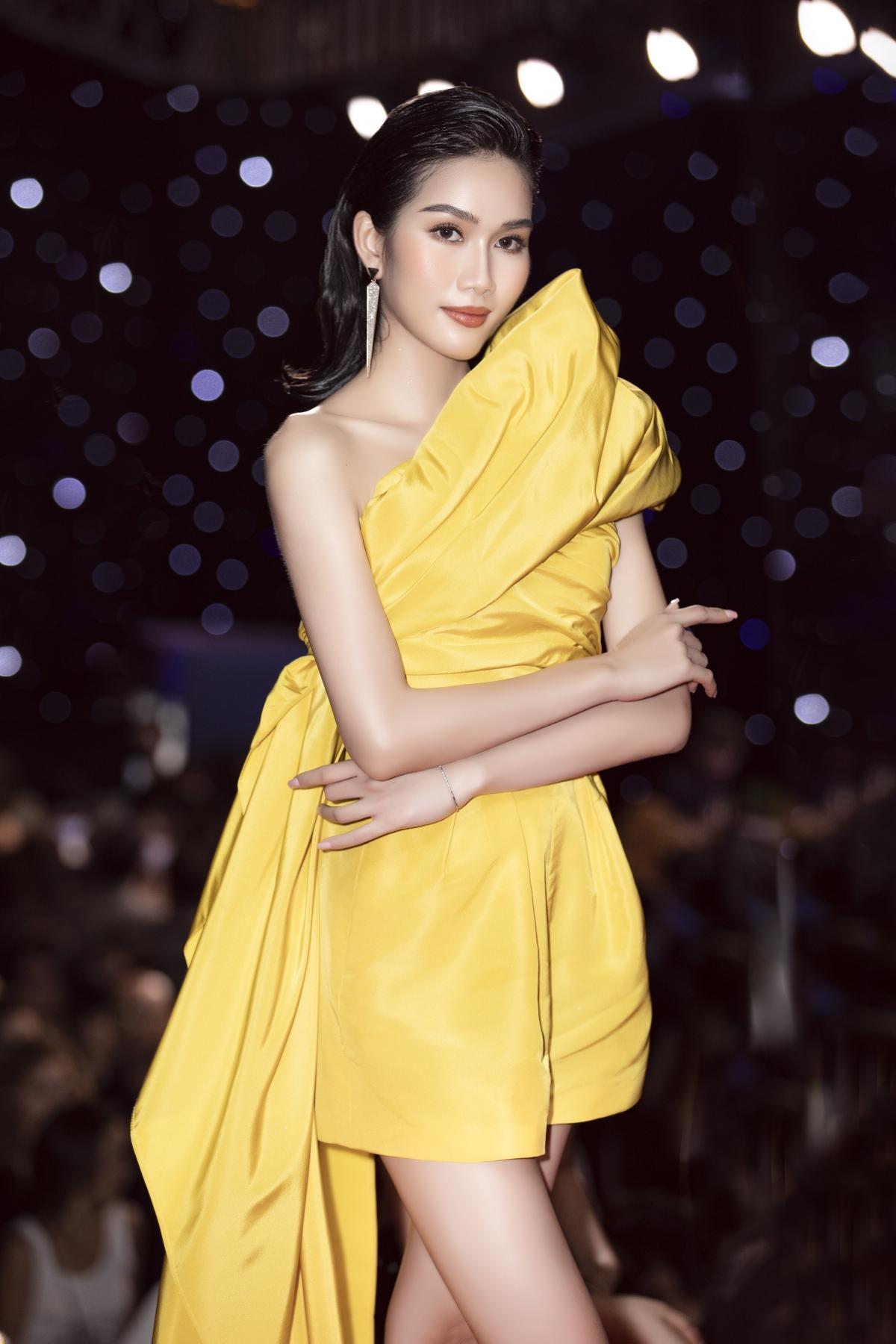 Đại diện cho vẻ đẹp tri thức, Phương Anh được cộng đồng nhan sắc liên tục ủng hộ tham gia đấu trường Miss International sắp tới.
