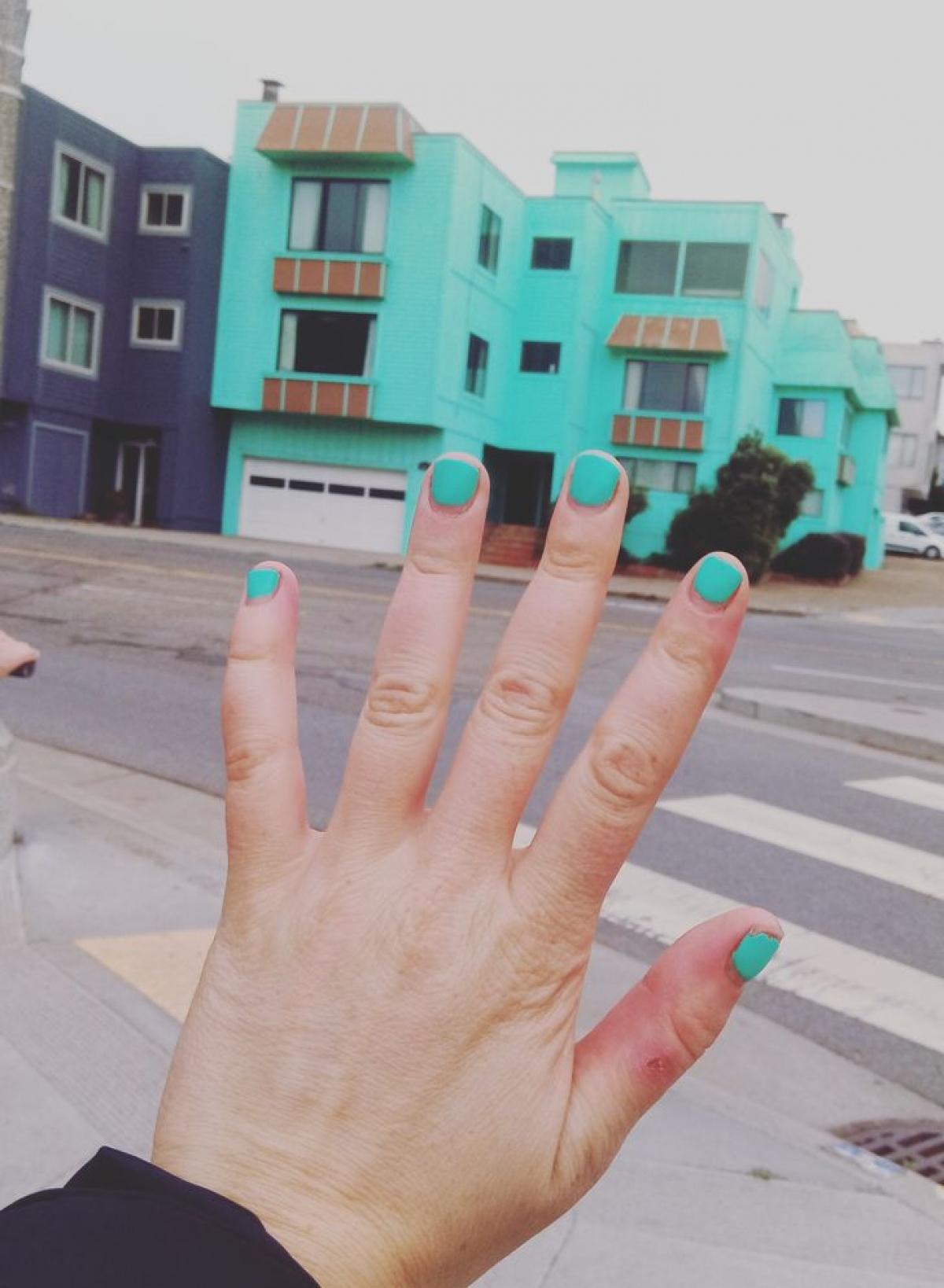 Trùng hợp thay khi màu móng tay của tôi lại giống với màu của toà nhà.