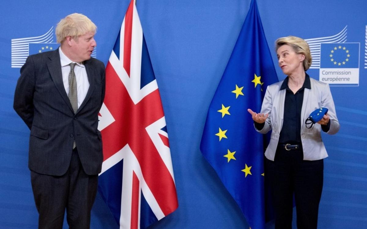 Thủ tướng Anh và quan chức EC. Ảnh: Tân Hoa xã.