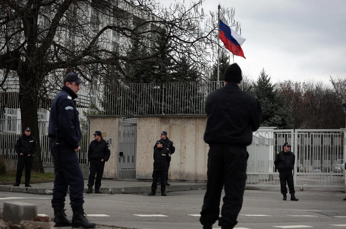 Cảnh sát Bulgaria đứng trước Đại sứ quán Nga ở Sofia, Bulgaria.