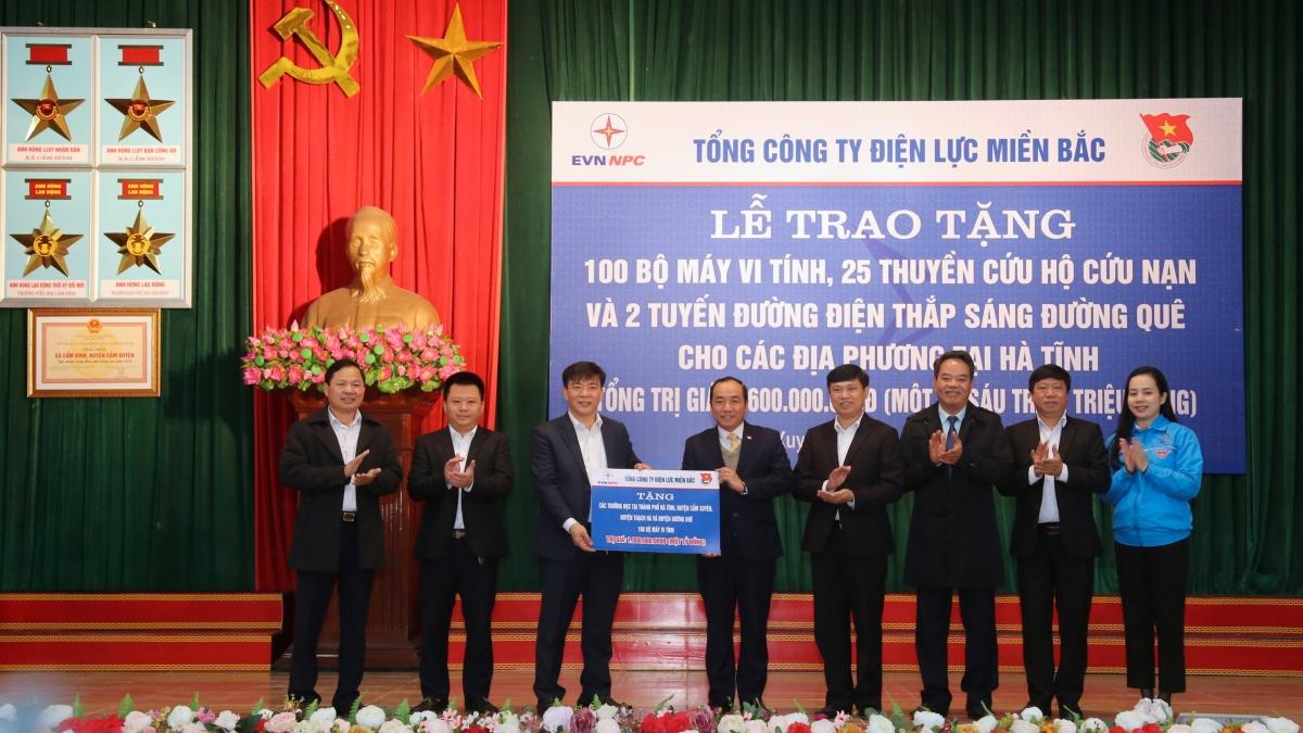 Ông Lê Văn Trang - Phó Tổng giám đốc EVNNPC trao tặng 100 bộ máy tính cho đại diện Sở giáo dục và đào tạo tỉnh Hà Tĩnh.