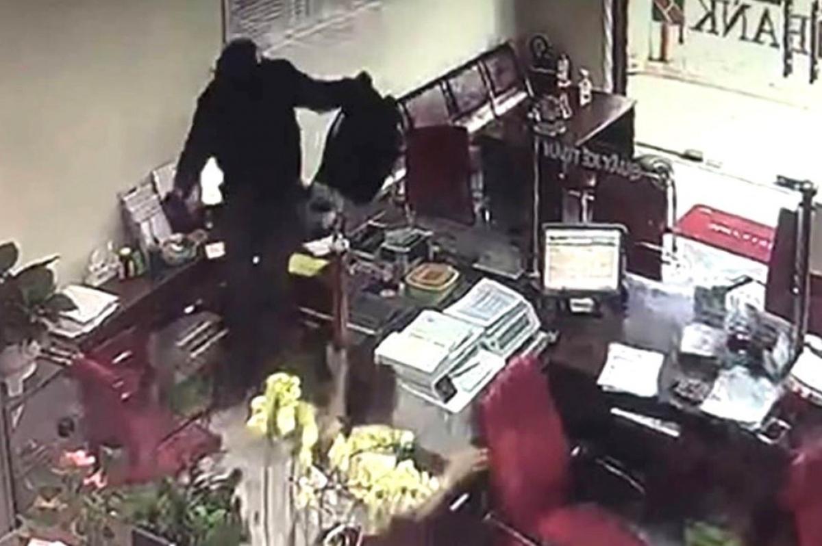 Trích xuất camera ghi hình nghi phạm vụ cướp.