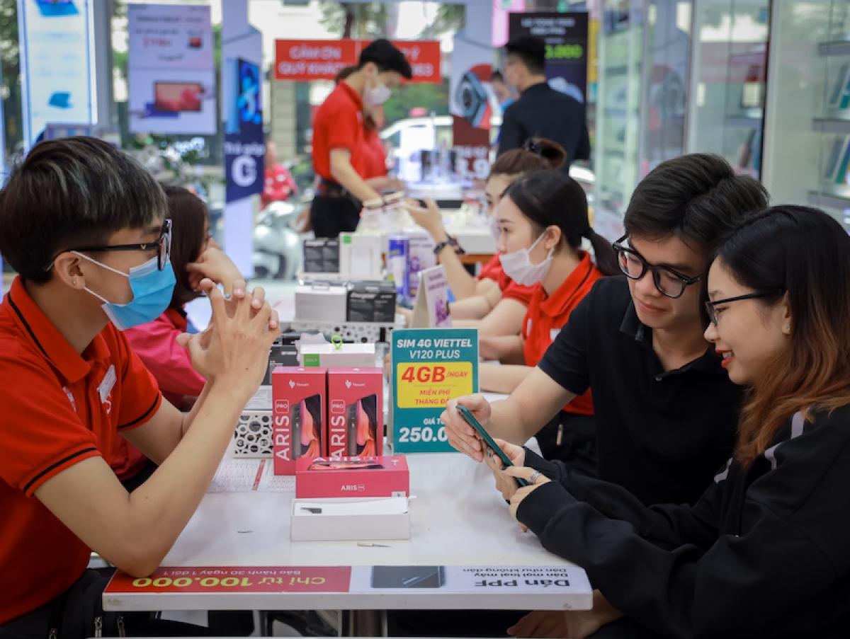 Khách hàng trẻ háo hức trải nghiệm mẫu điện thoại VinSmart Aris trong ngày đầu mở bán.