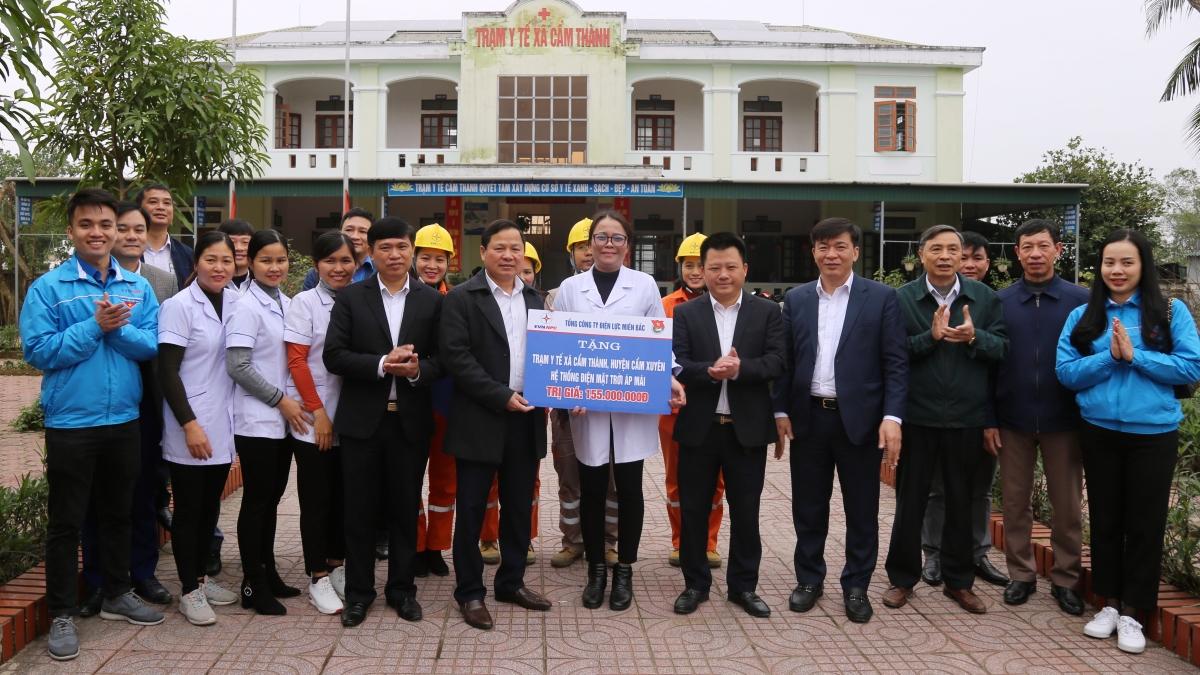 EVNNPC trao tặng hệ thống điện mặt trời mái nhà cho Trạm Y tế xã Cẩm Thành.