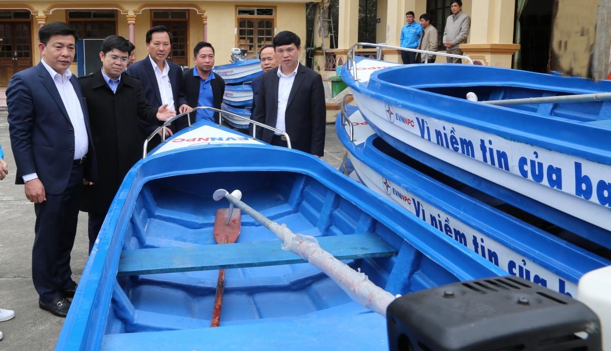 EVNNPC trao tặng 10 thuyền cứu hộ cho UBND huyện Thanh Chương.