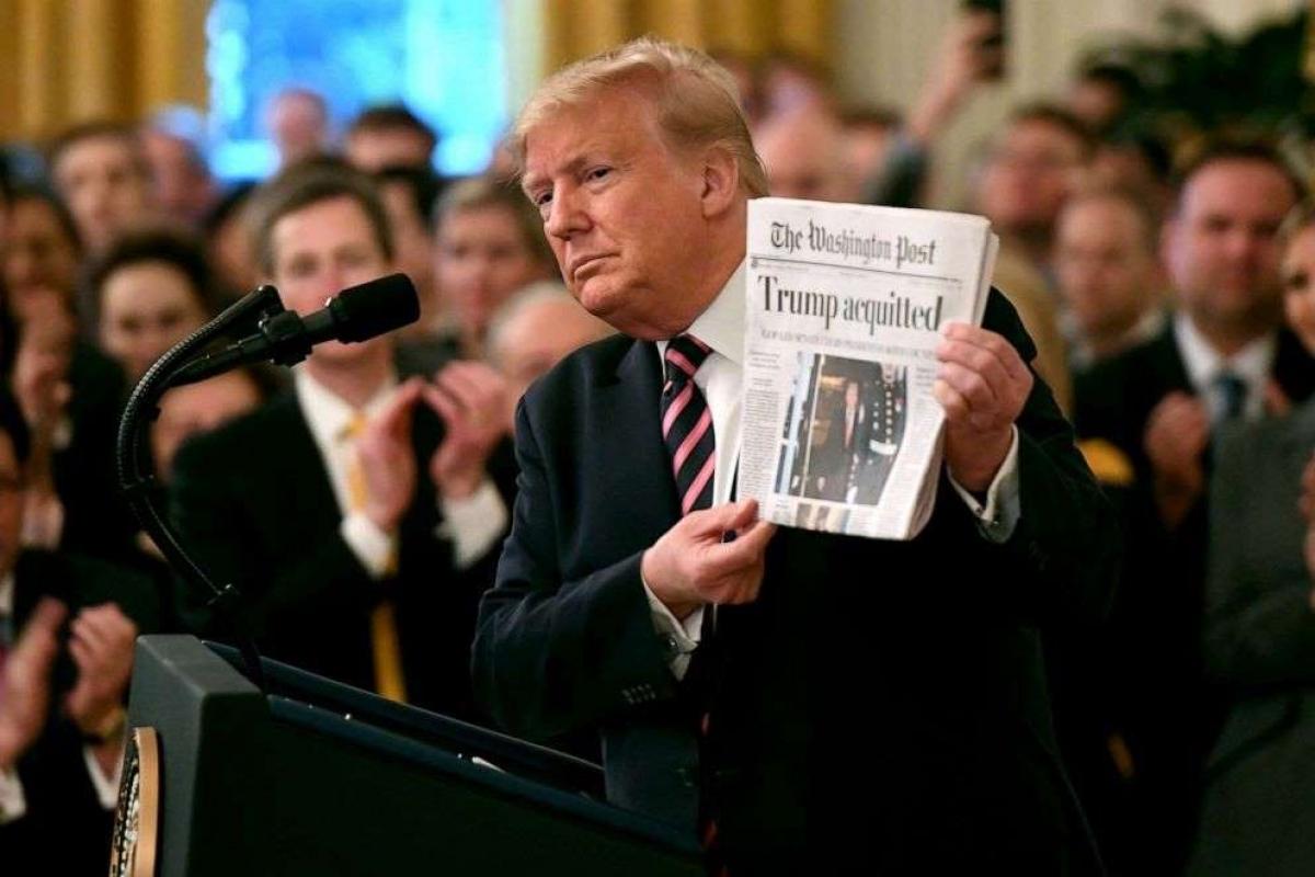 """Tổng thống Trumpcầm tờ báo có bài """"Ông Trump trắng án"""". Ảnh: Getty Images"""
