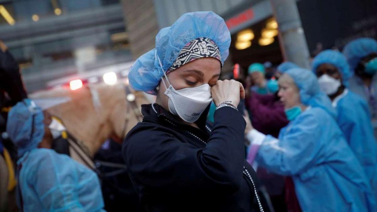 Một y tá lau nước mắt tại Trung tâm Y tế NYU Langone ở Manhattan khi cảnh sát và các đơn vị khác đến cổ vũ và cảm ơn các nhân viên y tế trong đại dịch Covid-19. Ảnh: Reuters