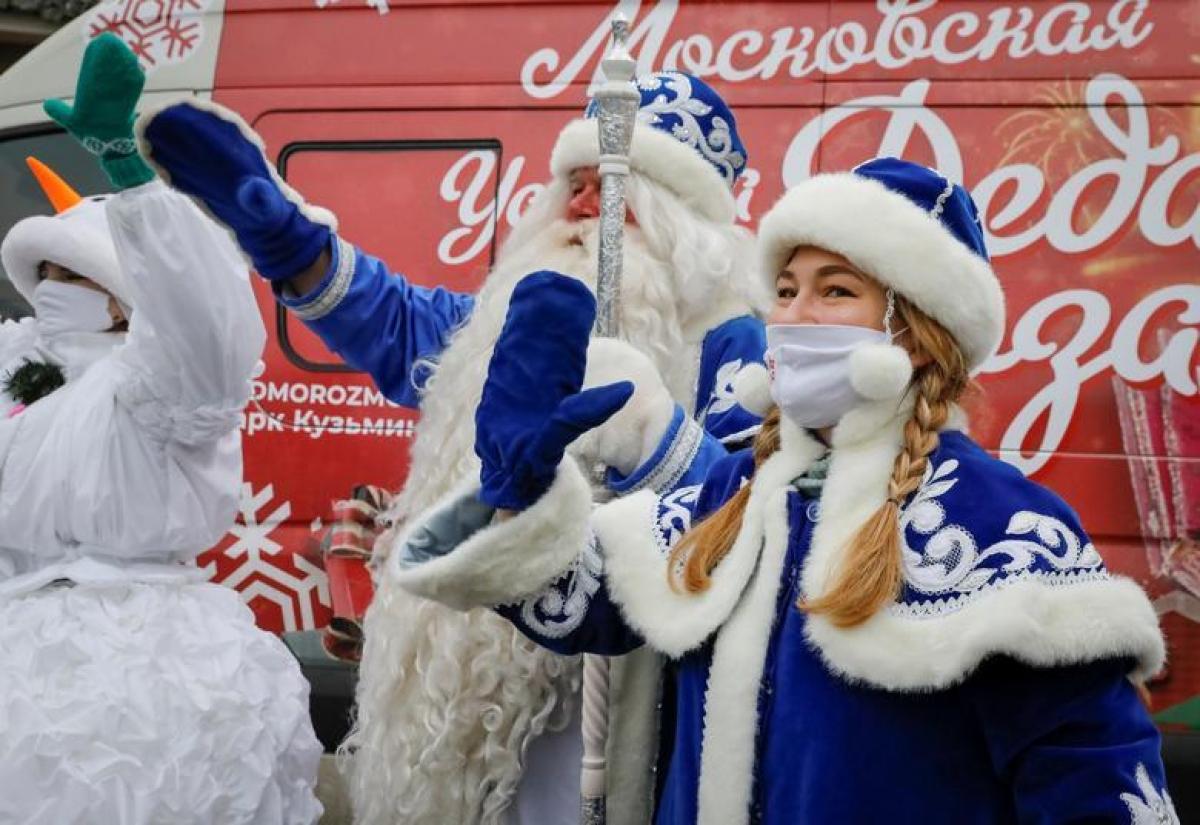 Các nghệ sĩ hóa trang thành ông già Noel và công chúa tuyết, biểu diễn cho trẻ em khuyết tật ở Moscow, Nga. Ảnh: Reuters